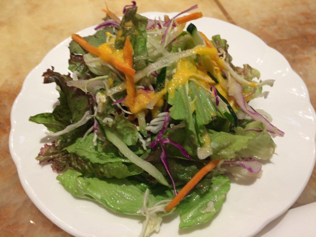 卵・乳製品不使用のビーガンナンと、無農薬有機農法野菜のサラダ&ベジタリアンカレーが好きなだけ!自然派ランチ(カレービュッフェ)で有名なミラン・ナタラジのサラダ