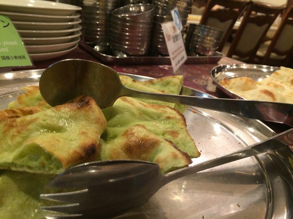 卵・乳製品不使用のビーガンナンと、無農薬有機農法野菜のサラダ&ベジタリアンカレーが好きなだけ!自然派ランチ(カレービュッフェ)で有名なミラン・ナタラジの天然酵母小松菜ビーガンナン