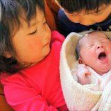 おくるみで赤ちゃんを寝かしつけ。新生児には手足が動かせるスワドラーがおすすめ