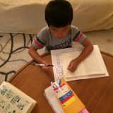デモクラティックスクールに通う息子、自宅で勉強中