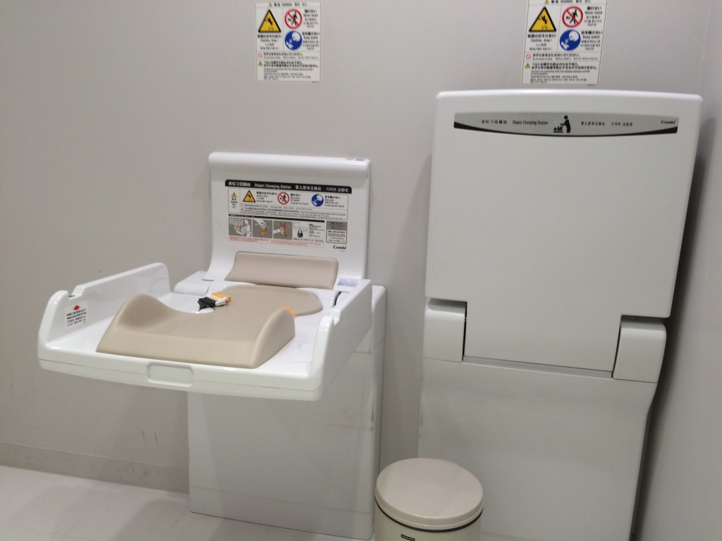 成田空港第3ターミナルベビールームのおむつ替えスペース