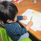息子2歳2ヶ月で、台所育児の包丁を使ってひとりでりんご切ってます