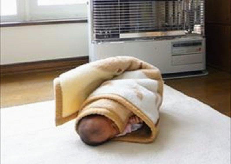 新生児の寝かしつけ ブランケットで巻いただけ