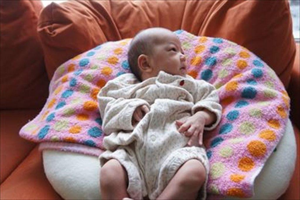 赤ちゃんのリビングのねんねスペース、ベビー布団と授乳クッションを駆使