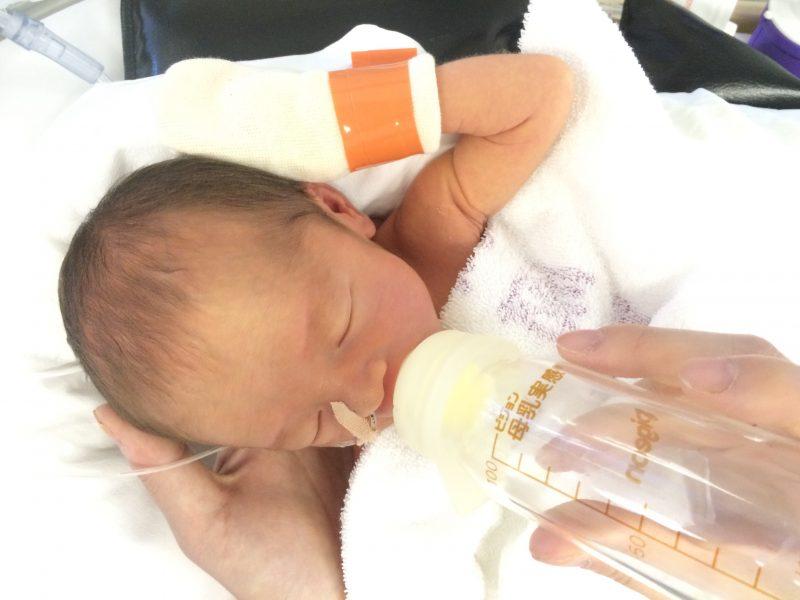 NICUに入った赤ちゃんの写真、体重は2080g
