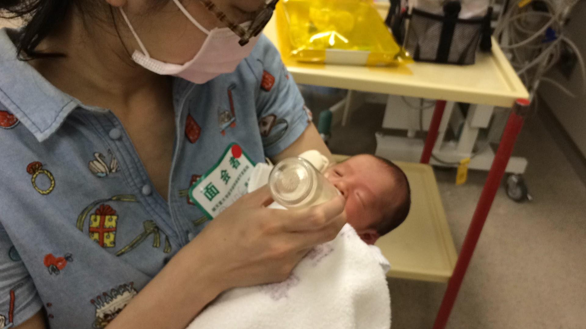 東京の助産院で産む予定が、早産で救急車で総合病院に運ばれ、緊急出産。息子は1ヶ月NICUへ