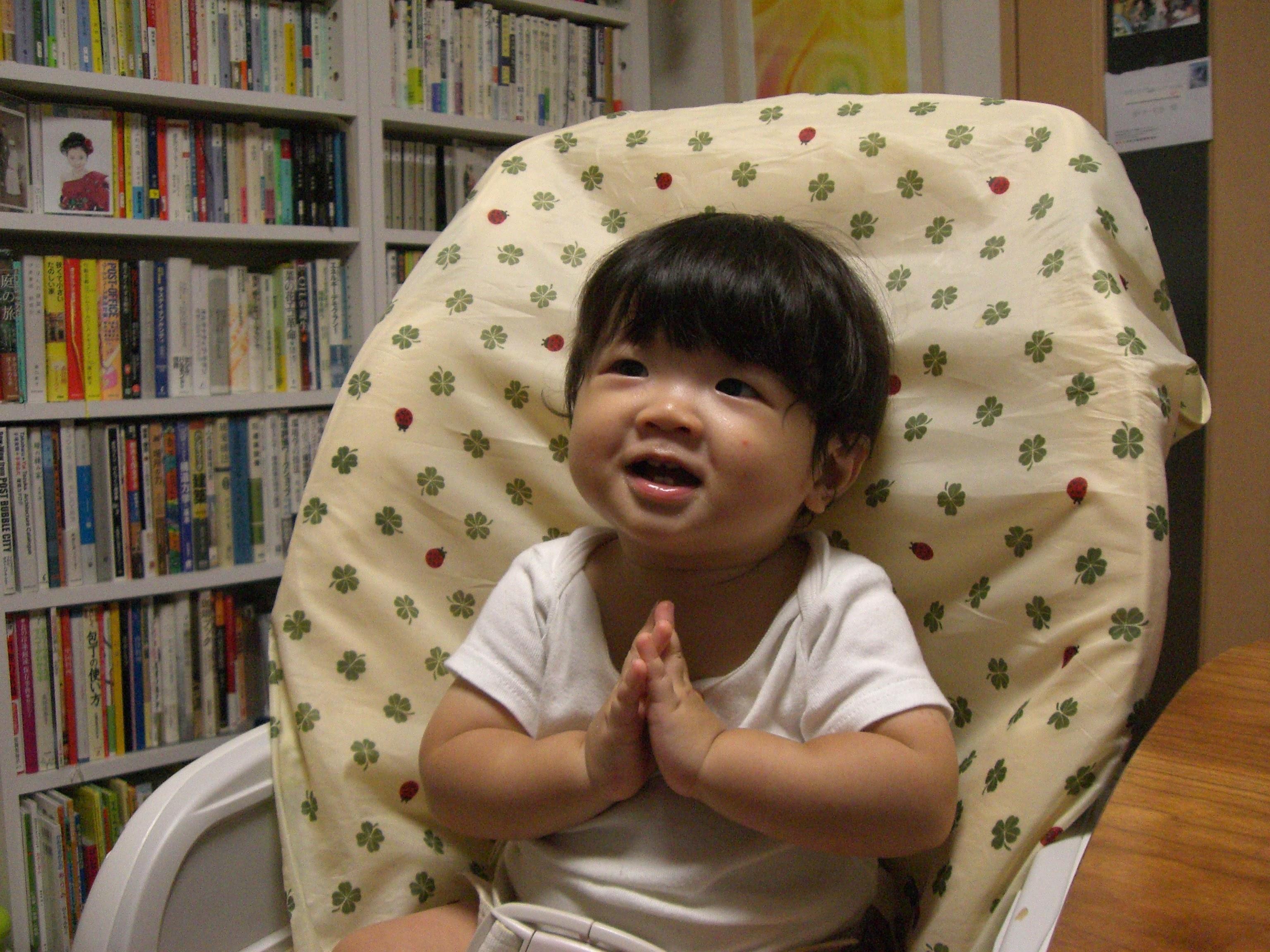 赤ちゃんの寝る場所 リビング・ダイニング・キッチンのどこにでも動かせるのは ベビーラック・ハイローベッド。離乳食期には椅子としても大活躍