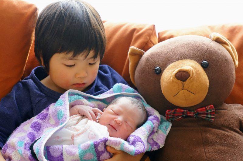 出産直後にバスタオルおくるみに巻かれて、ぐっすりな新生児。寝かしつけにはバスタオルも有効