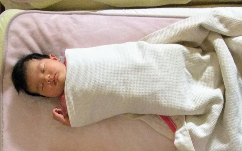 新生児の寝かしつけ おくるみの巻き方 バスタオルでぐるぐる巻いただけ