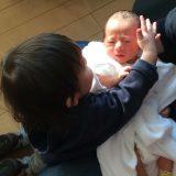 新生児になでなでする兄(1才児)、迷惑げな新生児 バブ