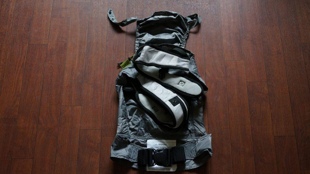 ボバエアー(Boba Air)の収納バッグに入れるために肩紐や腰のバックルをたたむ