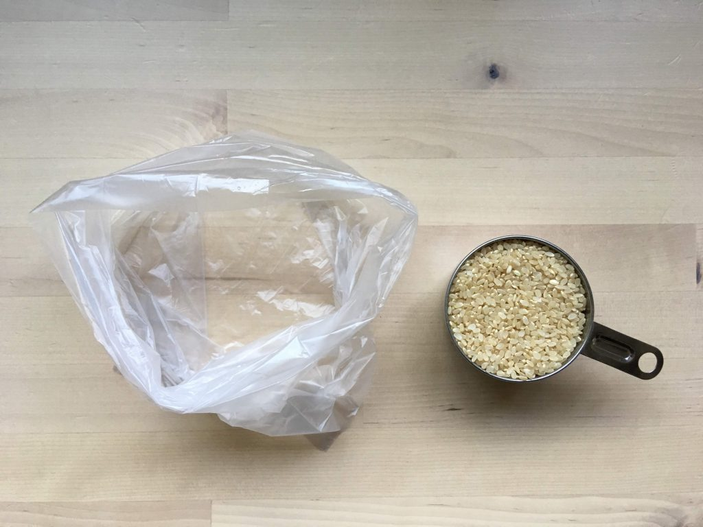 ポリ袋調理でご飯を炊く、ポリ袋に、無洗米1合と水200ml(1カップ)を入れる