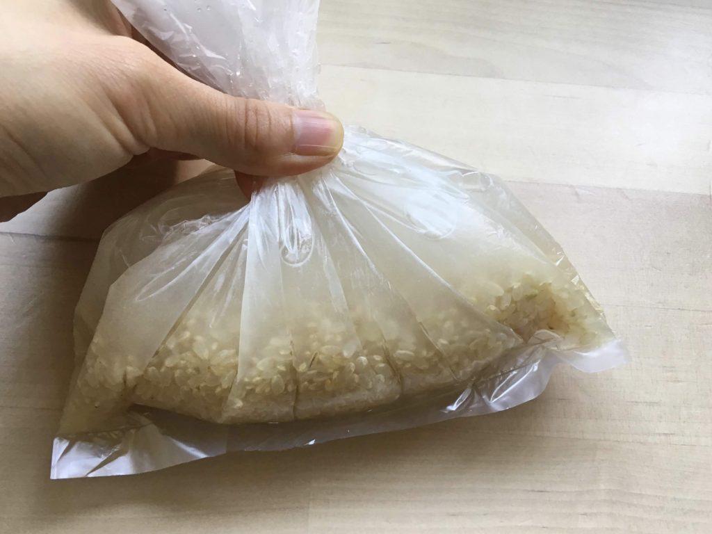 ポリ袋調理でご飯を炊く、②ポリ袋の中の空気をしっかりと抜く