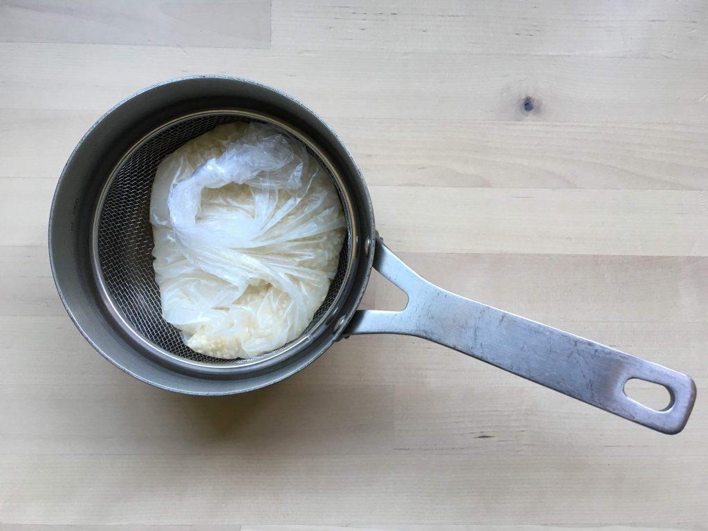 ポリ袋調理でご飯を炊くコツ、鍋肌にポリ袋が直接つかないように皿やざるを敷く