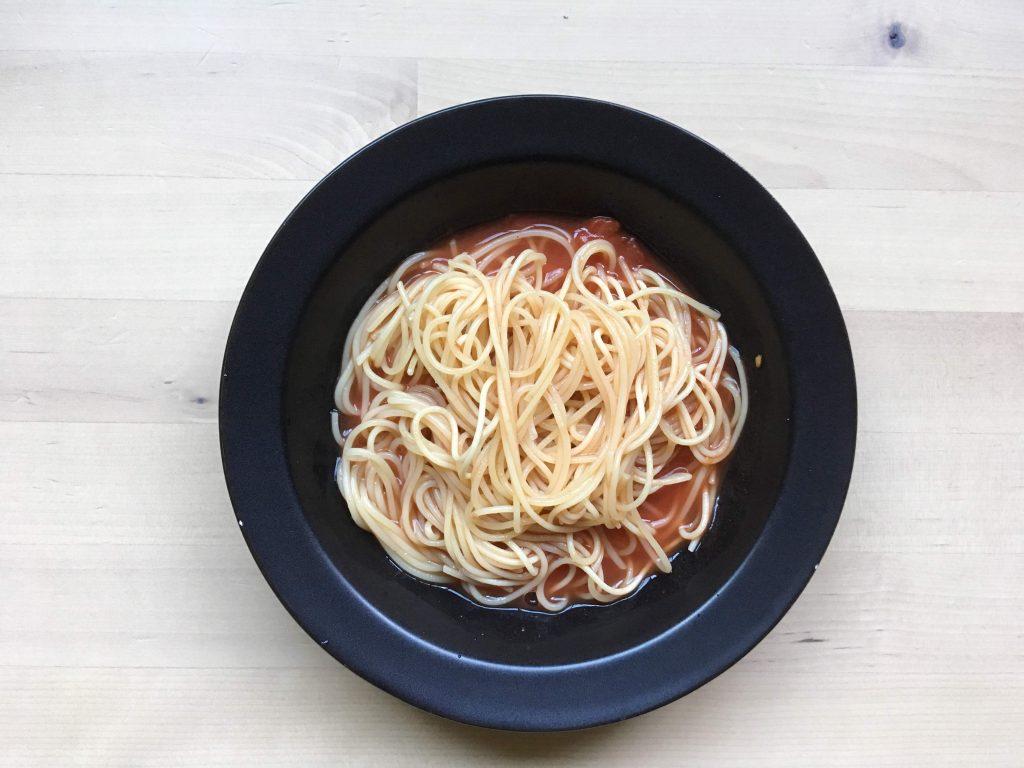 トマト缶と一緒に茹でた水づけパスタ